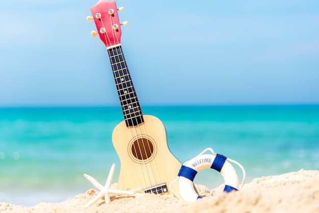 美しいビーチと青空の背景、コピースペースでリラックスするためのギターウクレレと夏の日。旅行と夏のコンセプト