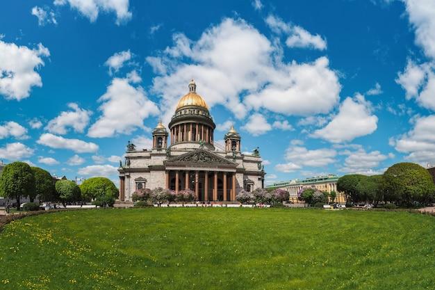 ロシアのサンクトペテルブルクの象徴的なランドマーク、聖イサアク大聖堂のある夏の風光明媚な