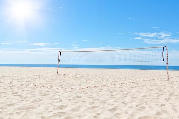 Летний морской пляж, волейбольная площадка. под солнцем.
