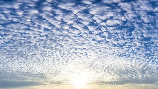 青い空に満ちた太陽とふわふわの白い雲、自然現象の写真。
