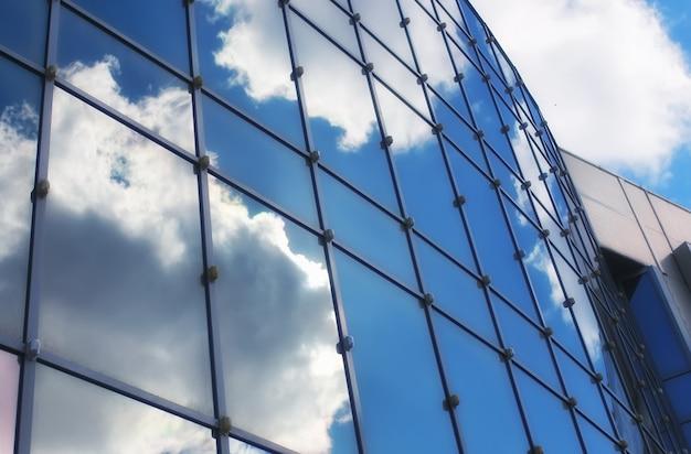 ガラスの建物の太陽と空