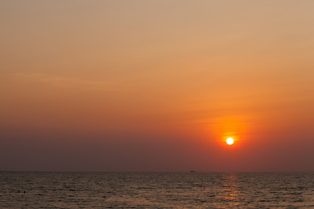 Солнце садится.