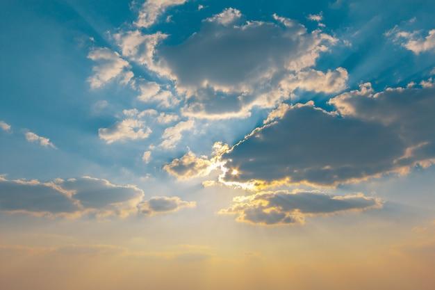 태양이 바다 위로 올라가 구름으로 인해 빛난다