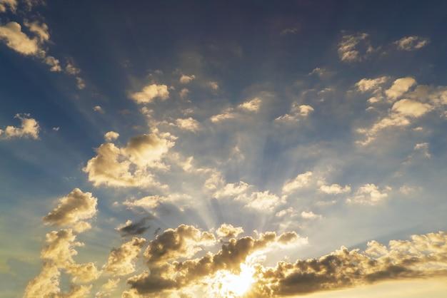 태양은 일몰에 구름을 강조 표시합니다. 크림. 초반쿨레.