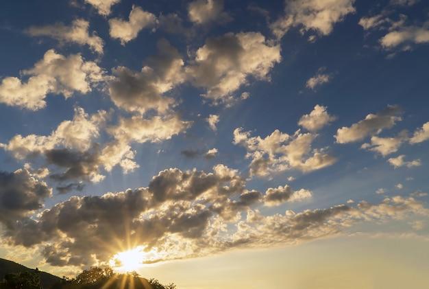 태양은 산 위에 일몰에 구름을 강조 표시합니다. 크림. 초반쿨레.