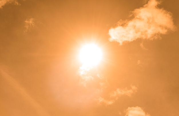 노란 하늘에 태양