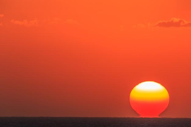 태양은 바다 위로 떠오른다
