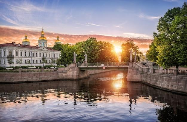Летним утром в санкт-петербурге солнце встает над никольским собором.