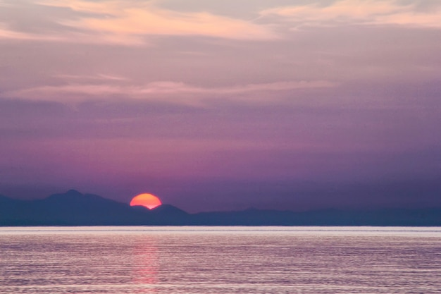 Солнце встает над средиземным морем