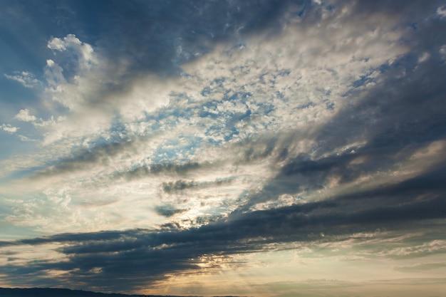 태양 광선이 구름을 뚫고 구름 뒤에서 일출이 뜬다