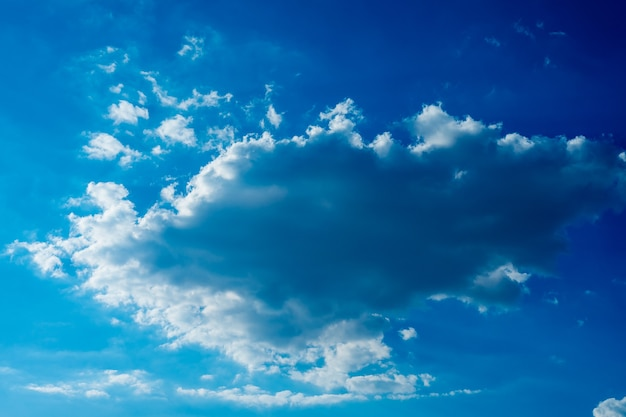 여름에는 태양이 밝게 빛납니다. 푸른 하늘과 구름