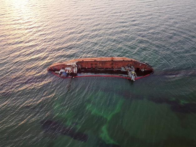 침몰 한 유조선 delfi는 폭풍에 의해 바다에 휩쓸려 해안으로 항해했습니다.