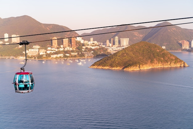 海に近いケーブルカーとテーマパークの日当たりの良い景色