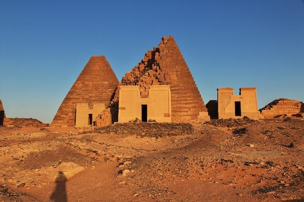 수단의 사하라 사막에서 메로에의 고대 피라미드, 일출