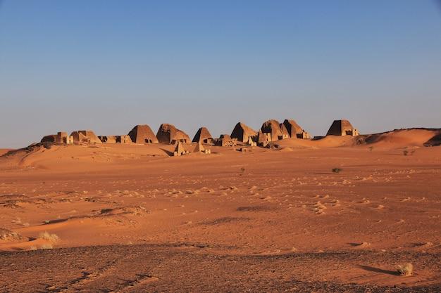 수단의 사하라 사막에 있는 메로에의 고대 피라미드 일출