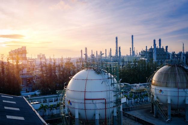製油所の夕日