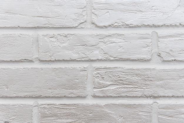 通りのレンガの表面は白く塗られています