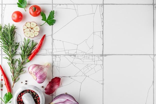 白い素朴なタイルの表面の料理の表面
