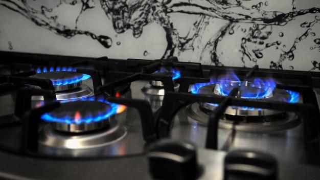 Поверхность газовой плиты с включенным огнем