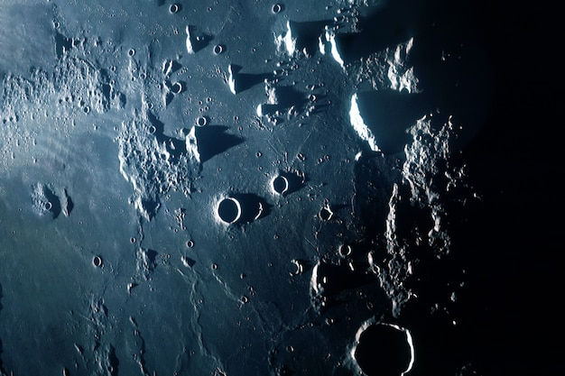 Поверхность луны с кратерами и горами элементы этого изображения предоставлены наса
