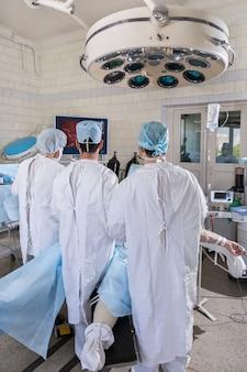 外科医は手術中にモニターを見ます。