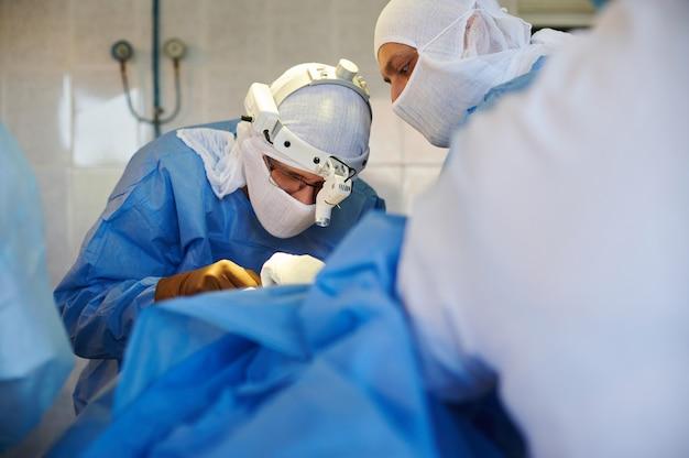 職場で青い制服を着た外科医
