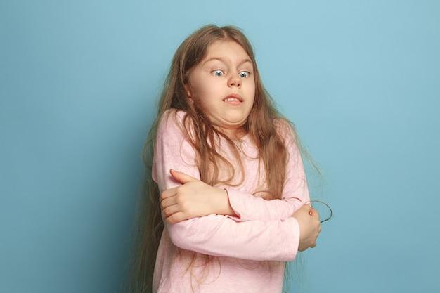 Сюрприз. девушка на синем. выражения лица и концепция эмоций людей