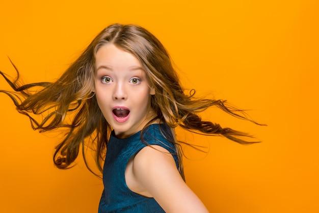 Удивленная девочка-подросток
