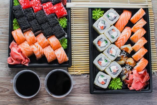 デリバリーパッケージのテーブルにある寿司、巻き寿司で注文