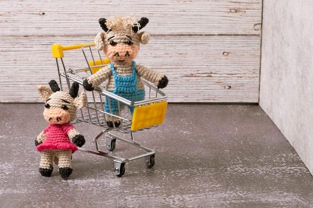 새해의 상징은 장바구니에 장난감 황소를 짠다.