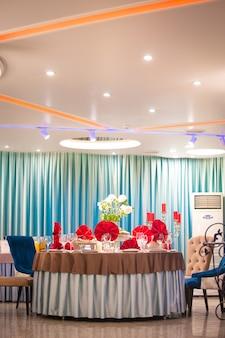 레스토랑의 테이블은 이벤트를 위해 빨간색 냅킨으로 장식되어 있습니다.