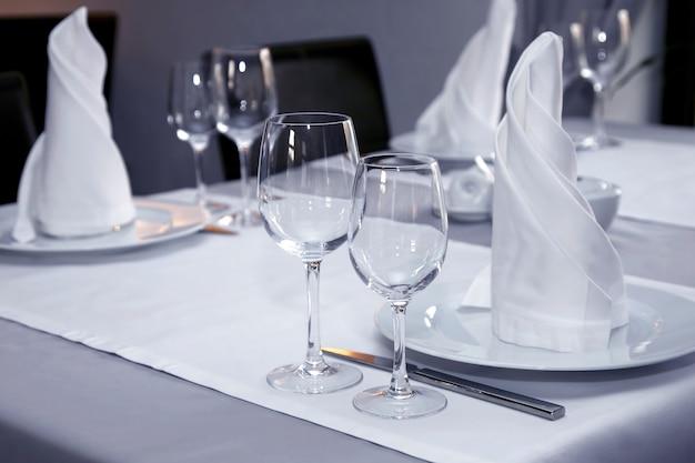레스토랑의 테이블 설정을 닫습니다. 음료 및 식품용 식기
