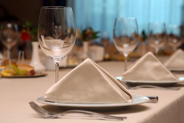 レストランのテーブルセッティングをクローズアップ
