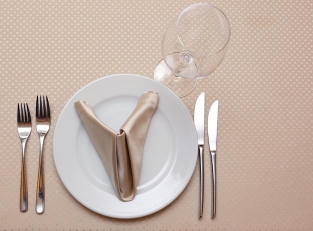孤立したレストランのクローズアップのテーブルセッティング