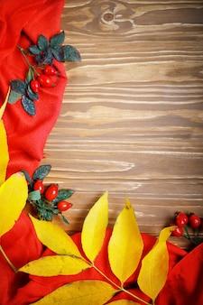 テーブルは紅葉と果実で飾られました。秋。秋の背景。