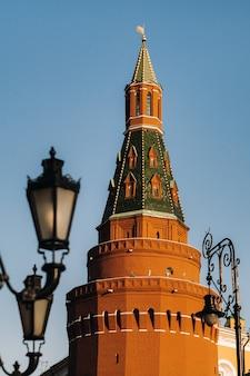 ロシア、モスクワのクレムリンの背の高い赤い塔。