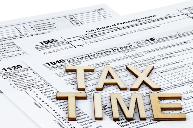 納税申告書は1040、1120、1065です。税の日の概念。