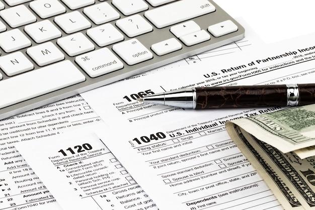納税はお金とペンで行われます。税の日の概念。
