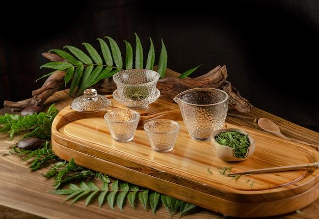 Чайный столик с инструментами чайники чашки блины и чай шен пуэр