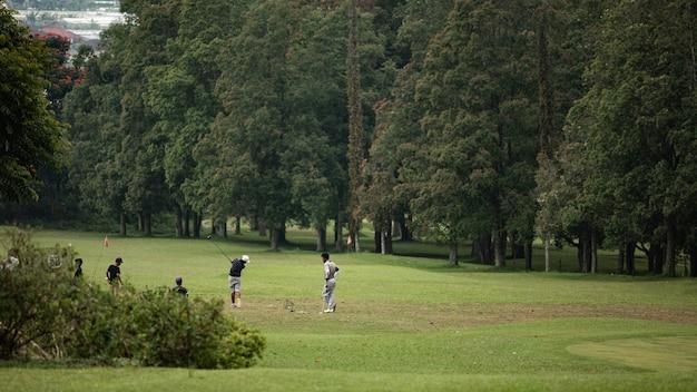 교사는 아이들에게 골프를 가르칩니다. 발리. 인도네시아