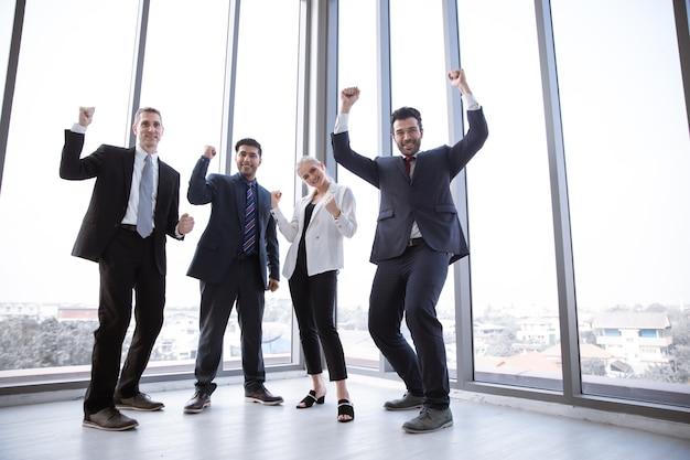 팀은 사무실에서 행복한 얼굴로 작업 프로젝트를 성공적으로 발표했습니다.