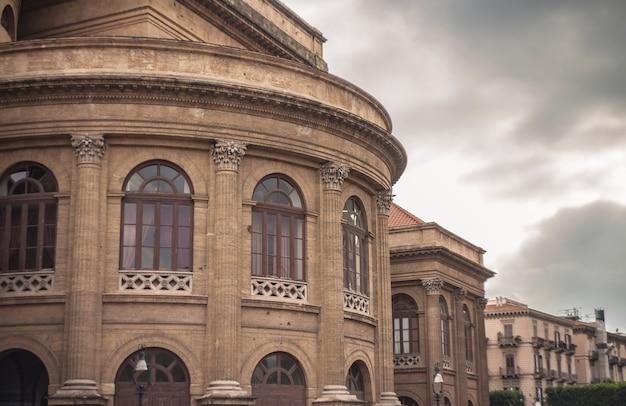 팔레르모의 teatro massimo로 더 잘 알려진 the teatro massimo vittorio emanuele는 이탈리아에서 가장 큰 오페라 극장 건물이며 유럽에서 가장 큰 건물 중 하나이며 건축 규모로 세 번째입니다.
