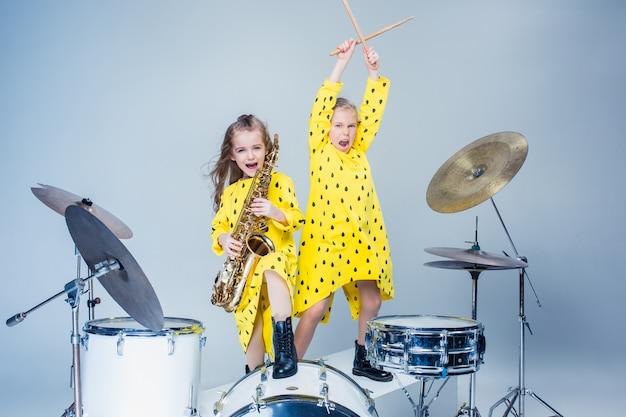 Подростковая музыкальная группа выступает в студии звукозаписи