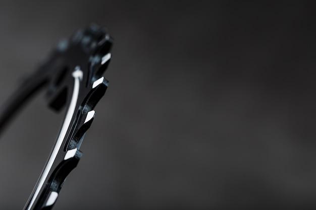 暗い背景の自転車のフロントスターシステムの歯。セレクティブフォーカス