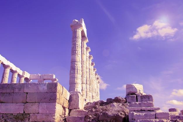 그리스 수니온 곶의 포세이돈 신전과 푸른 보라색 하늘