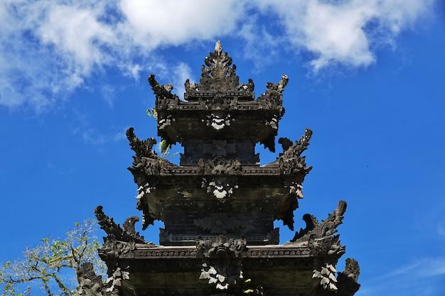 Храм на острове бали, индонезия