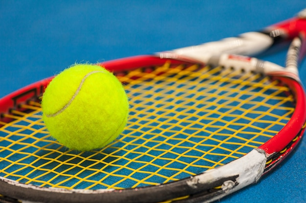 Теннисный мяч на теннисном корте