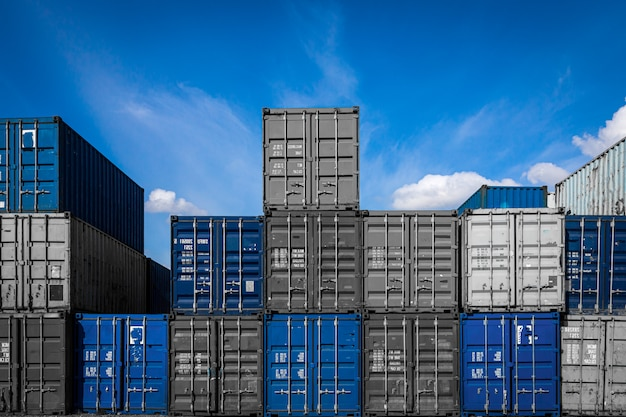 Территория контейнерного грузового двора: много металлических контейнеров для хранения товаров