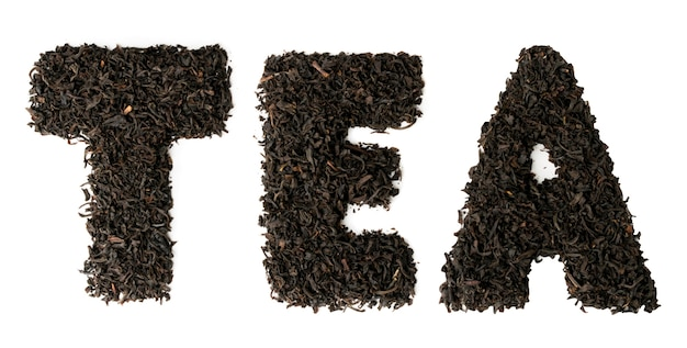 В тексте выложен чай из листьев черного чая по белому. вид сверху.
