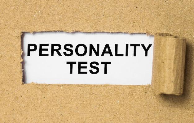 Текст тест личности за порванной оберточной бумагой. бизнес-концепция изображения